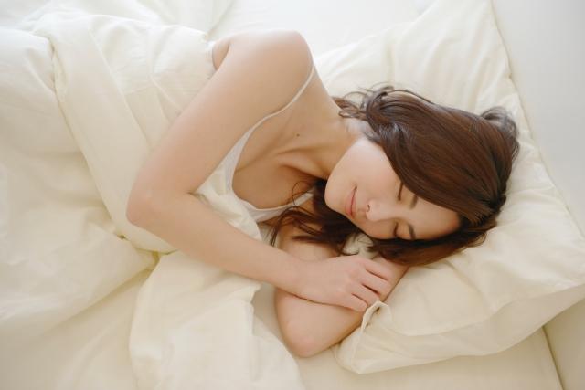 今地球上では何人の人が寝ているか